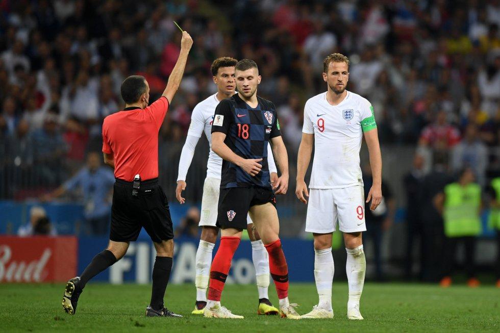 El árbitro muestra tarjeta amarilla a Ante Rebic.