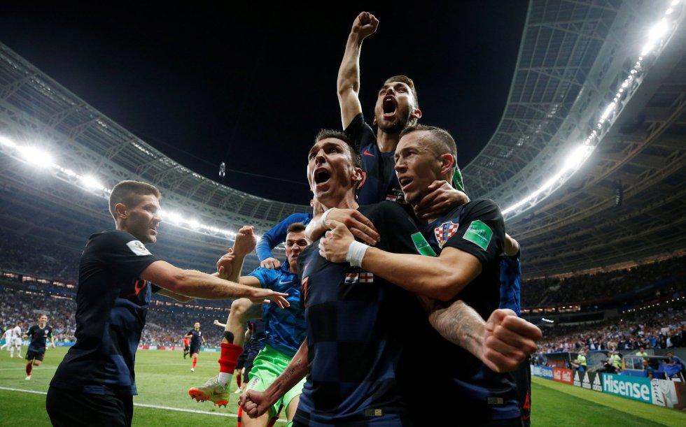 Los jugadores croatas celebran el gol de Mario Mandzukic en la prórroga que les dió el pase a la final.
