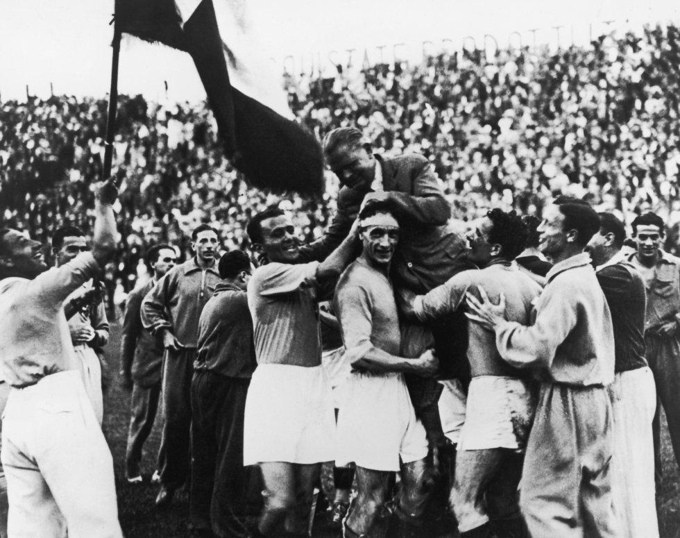 10 de junio de 1934. El seleccionador italiano Vittorio Pozzo (1886-1968) es llevado a hombros tras la victoria de Italia ante Checoslovaquia por 2-1 en la prórroga, en el estadio Nacional del PNF de Roma. La Copa del Mundo de 1934 fue el primer gran acontecimiento de masas en el que el deporte fue utilizado para la propaganda política. Al dictador Benito Mussolini no le importó nacionalizar a jugadores argentinos y brasileños.