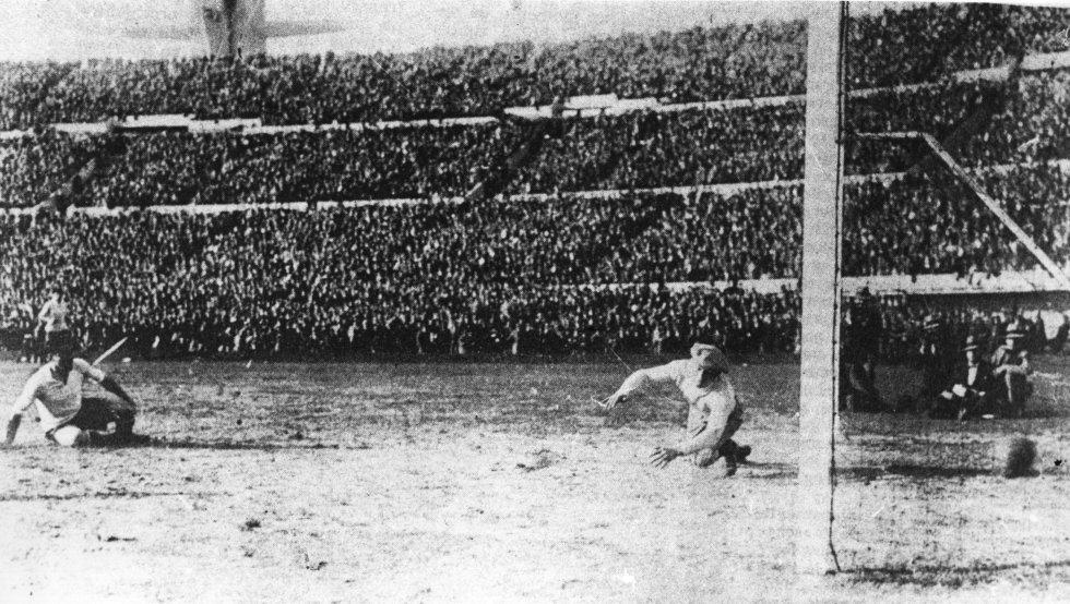 30 de julio de 1930. La anfitriona Uruguay se impone a Argentina 4-2 en el primer mundial de la historia disputado en el estadio Centenario de Montevideo.