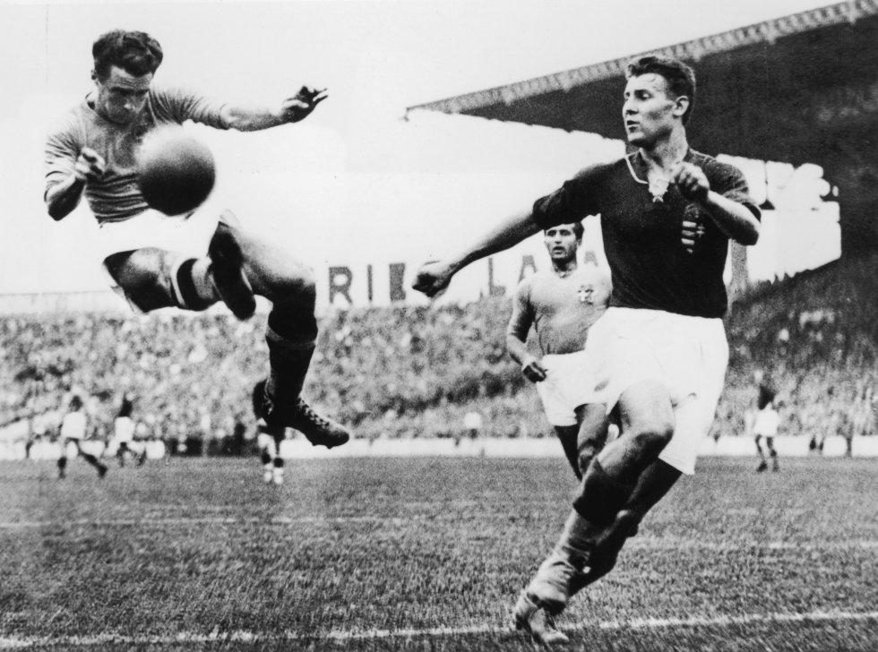 19 de junio de 1938. El italiano Alfredo Foni (izquierda) trata de llevarse la pelota en la final en el estadio Olímpico de París en la que Italia ganó a Hungría 4-2. En este Mundial Mussolini obligó a los italianos a jugar de negro la final, el color de los fascistas italianos.