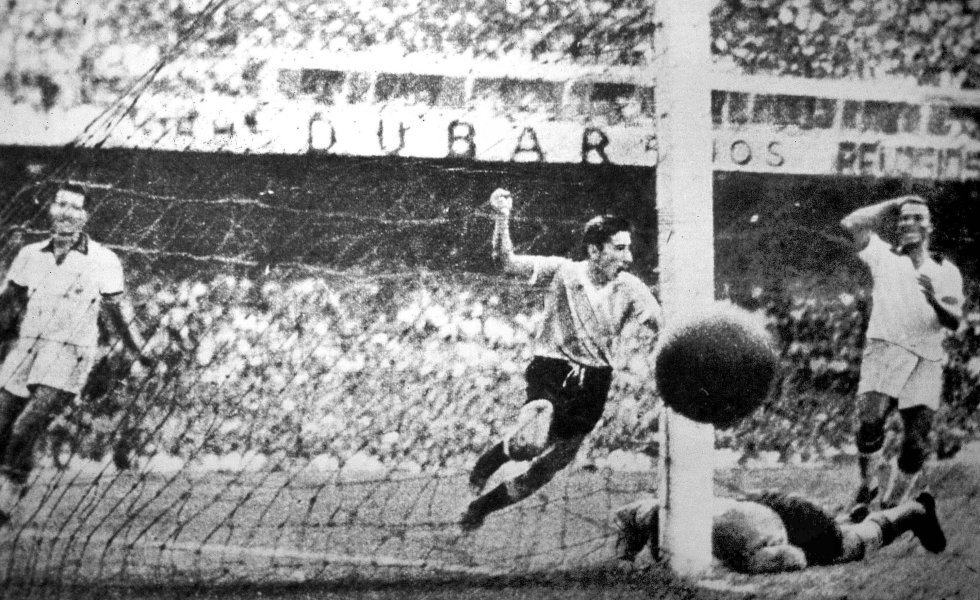 """16 de julio de 1950. El uruguayo Alcides Edgardo Ghighia celebra su gol en la final del Mundial de Brasil en el estadio de Maracaná de Río de Janeiro. Uruguay venció 2-1 a Brasil en lo que se conoce como el 'Maracanazo'. A los anfitriones les bastaba el empate pero los uruguayos remontaron ganando la final. Según solía decir Ghighia: """"Solo tres personas en la historia han conseguido hacer callar al Maracaná con un solo gesto, el Papa, Frank Sinatra y yo""""."""