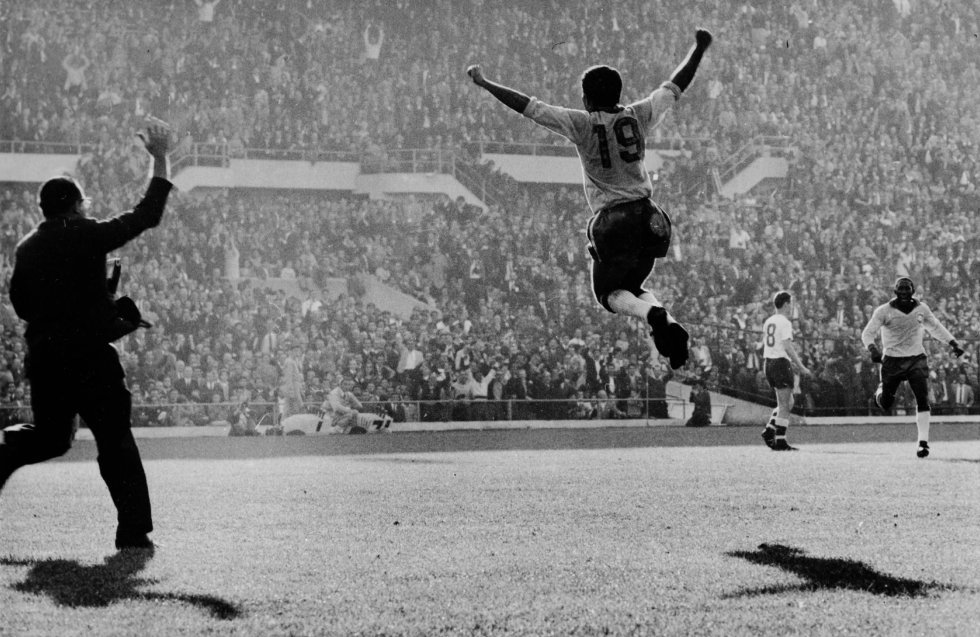 17 de junio de 1962. El brasileño Zito salta de alegría tras marcar el segundo gol en la final en el estadio Nacional de Santiago de Chile. Brasil gana a Checoslovaquia 3-1 consiguiendo su segundo título mundial.