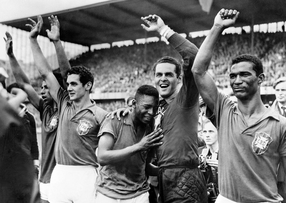 20 de junio de 1958. Pelé (centro), con 17 años, llora de alegría en el hombro del portero Gylmar dos Santos Naves tras la victoria de Brasil ante la anfitriona Suecia por 5-2 en el estadio Rasunda de Solna ante 49.737 espectadores. Brasil vestía de azul, Suecia, de amarillo.