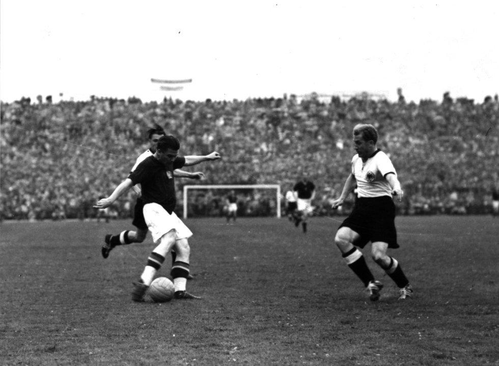 4 de julio de 1954. Puskas (izquierda), a quien el árbitro inglés Bill Ling anuló un gol en el minuto 86, en la final entre Alemania y Hungría que ganaron los alemanes 3-2 en el estadio Wankdor Stadion de Berna.