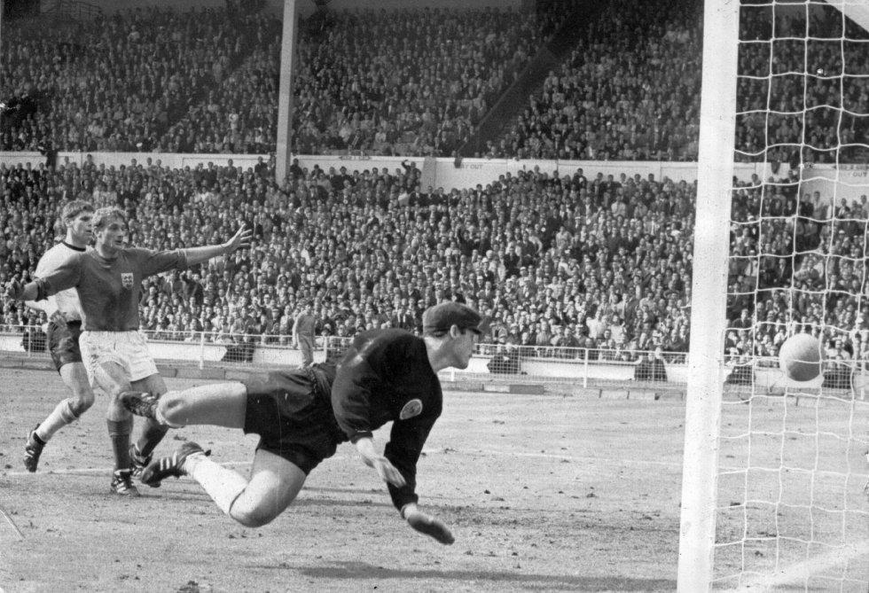 30 de julio de 1966. Fue el primer Mundial televisado de la historia. La final, jugada en el estadio de Wembley, fue seguida por 400 millones de espectadores. Los alemanes empataron en el último minuto con gol de Weber. En la prórroga tuvo lugar uno de los tantos más comentados de la historia del fútbol: el gol fantasma de Geoff Hurst. El árbitro suizo Geoff Dienst, tras una charla con el linier soviético Tofiq Bakhramov, dio como válido el gol. Años más tarde un estudio de la Universidad de Oxford determinaría que la pelota pegó en la raya pero no entró. Cuando se derruyó el viejo Wembley, se preservó aquel larguero que se expone en el museo del mítico estadio.