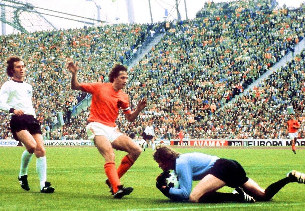 7 de julio de 1974. El portero Sepp Maier atrapa el disparo del holandés Johan Cruyff ante su compañero Franz Beckenbauer en la final Alemania Federal (2)-Países Bajos (1), en el estadio Olímpico de Múnich.