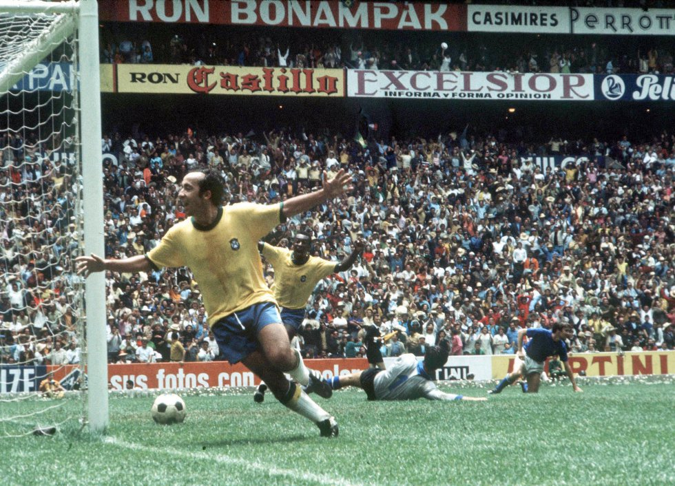 21 de junio de 1970. Tostao y Pelé, detrás, celebran el primer gol de los brasileños en la final entre Brasil (4) e Italia (1), en el estadio Azteca de Ciudad de México.