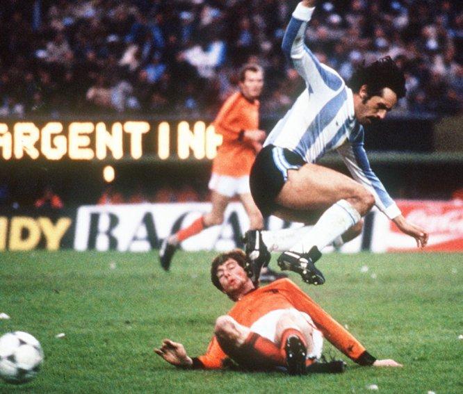 25 de junio de 1978. El argentino Leopoldo Luque salta por encima de Emie Brandts en la final Argentina (3)-Países Bajos (1) en el estadio Monumental de Buenos Aires, el 25 de junio de 1978. Mario Kempes marcó dos de los tres goles argentinos.