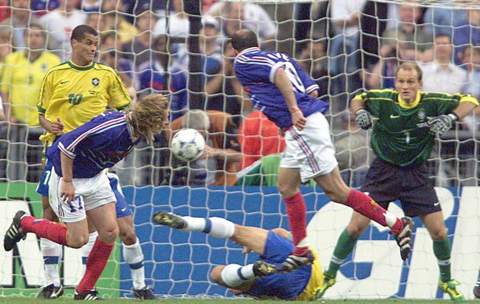 12 de julio de 1998. Zinedine Zidane marca de cabeza ante el portero Claudio Taffarel su segundo gol en la final Brasil (0)-Francia (3), en el estadio de Francia en Saint-Denis. Francia se proclama campeona del mundo.