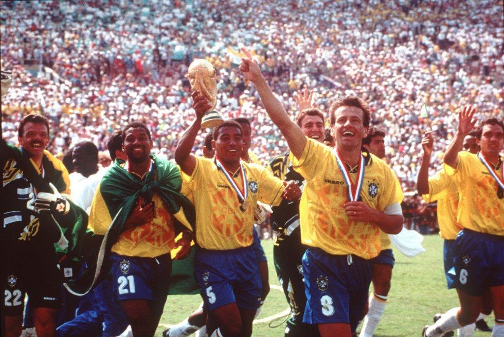 17 de julio de 1994. Desde la izquierda, Gilmar, Viola, Mauro Silva (con el trofeo), Dunga y Branco celebran la victoria de Brasil ante Italia, en el estadio Rose Bowl de Los Ángeles. Brasil ganó a los italianos en la tanda de penaltis tras finalizar el partido y la prórroga con empate a cero.