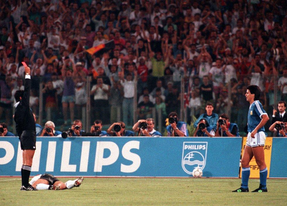 8 de julio de 1990. El árbitro mexicano Edgardo Codesal muestra la tarjeta roja al argentino Pedro Damián Monzón por una entrada al alemán Jürgen Klinsmann, tirado en el suelo, en la final Alemania (1)-Argentina (0) en el estadio Olímpico de Roma. Alemania se proclama campeona del mundo por tercera vez, la primera tras su reunificación.
