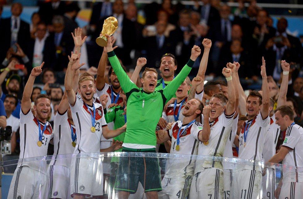 13 de julio de 2014. El portero alemán Manuel Neuer, que había estado magnífico, levanta la Copa del Mundo en Río de Janeiro. La Alemania de Löw, para muchos la mejor selección del Mundial, conseguía su cuarta Copa del Mundo derrotando a Argentina en la prórroga.