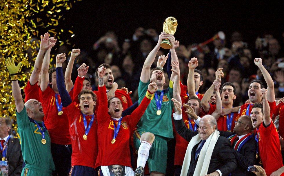 11 de julio de 2010. El gol de Andrés Iniesta ante Holanda llevaba a España a lo más alto. Iker Casillas levanta el trofeo de campeona del mundo en el estadio Soccer City de Johannesburgo.