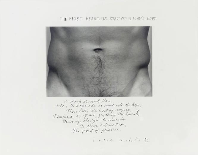 """¿Pero qué hace este hombre desnudo? Ah, esa parte del cuerpo masculino. """"La parte más hermosa del cuerpo de un hombre creo que está allí donde el torso se asienta"""", ha dicho el autor de esta obra, el fotógrafo Duane Michals (Pensilvania, Estados Unidos, 1932). Y no es el único en pensarlo. ¿Por qué es tan bueno? El especialista en historia del arte Bruno Ruiz-Nicoli nos recuerda que Duane Michals hace explícita su opinión a través del texto y manifiesta así lo que, a lo largo de la historia, permanecía codificado en la propia obra: """"Las líneas gemelas, de una gracia femenina, envuelven el tronco, guiando los ojos hacia abajo, hacia su intersección, el punto de placer."""""""