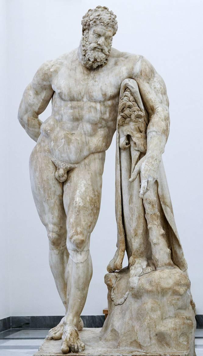 """¿Pero qué hace este hombre desnudo? En la antigua Grecia, el gimnasio (o """"palestra"""") formaba parte del día a día de todo hombre con categoría de ciudadano. Y el semidiós Hércules o Heracles, hijo de Zeus, era epítome del superhombre, lleno de arrojo y vigor. """"La desnudez era propia de los dioses, los héroes y los atletas"""", explica sobre esta obra de Lisipo (hacia 370 antes de Cristo-hacia 318 antes de Cristo) el especialista en historia del arte Bruno Ruiz-Nicoli. ¿Por qué es tan bueno? Para Ruiz-Nicoli, todo radica en la originalidad del momento elegido por el artista: """"Lisipo, a quien se atribuye el original de esta obra, reflejó el cansancio de Hércules tras finalizar sus doce trabajos. El reposo de su masiva musculatura oculta la clave de la obra: las manzanas de las Hespérides de su mano derecha""""."""