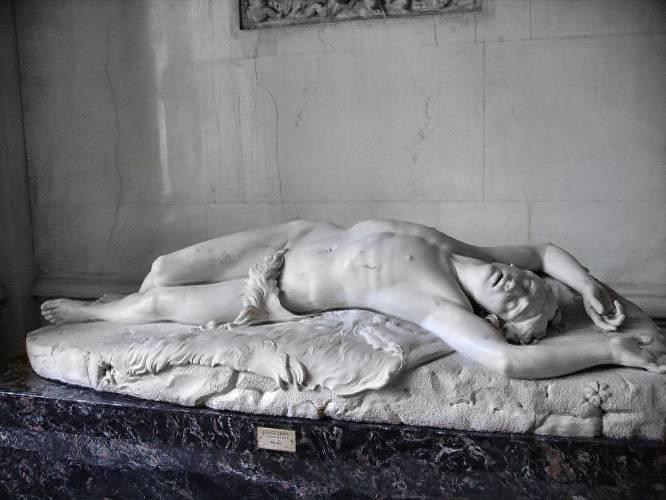 """¿Pero qué hace este hombre desnudo? Este Abel moribundo –después de haber sido atacado por Caín, se entiende- pertenece a la primera generación de quienes no han conocido un paraíso terrenal del que fueron expulsados sus padres, Adán y Eva. Y, por tanto, va desnudo por la vida, apenas cubierto púdicamente su sexo por la piel de un animal. Todo con la suavidad típica del romanticismo academicista de su auto, Giovanni Dupré (Italia, 1817-1882). ¿Por qué es tan bueno? """"Es una pura contradicción del material. Una transubstanciación de la carne al mármol y del mármol —casi— al marfil, que se diría cálido. El escultor se ha recreado en el vello de su axila y su sexo. Como Salomé a la vista de la cabeza sin cuerpo del Bautista, invita a hacernos decir: 'Besaré tu boca, Jokanaán"""", explica Carmen González Castro."""