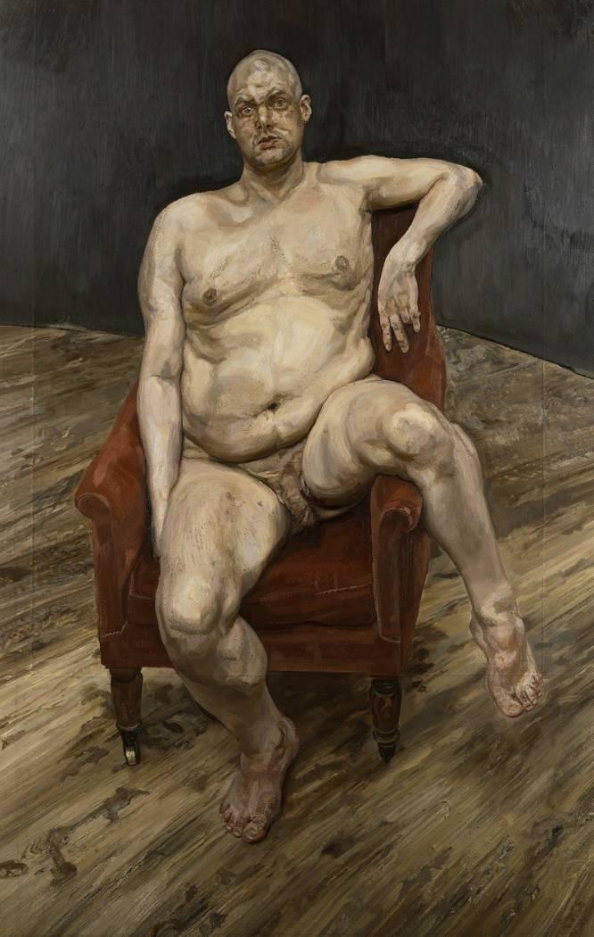 """¿Pero qué hace este hombre desnudo? """"Leigh Bowery, 'performer' de la escena londinense, se muestra en esta obra desprovisto de los modelos extravagantes y fetichistas que vestía en sus actuaciones"""", indica el especialista en arte Bruno Ruiz-Nicoli. Lucian Freud (Alemania, 1922- Reino Unido, 2011) quería destacar ese despojamiento llegando a la desnudez misma. """"Me parecía maravillosamente bello"""", afirmó Freud. ¿Por qué es tan bueno? Hay algo turbador en el modo en que se muestra un desnudo que va contra todas las convenciones de lo normativo. """"Su desnudez es radical porque descubre la piel bajo el personaje, y es transgresora porque se aleja del canon clásico"""", comenta Ruiz-Nicoli."""