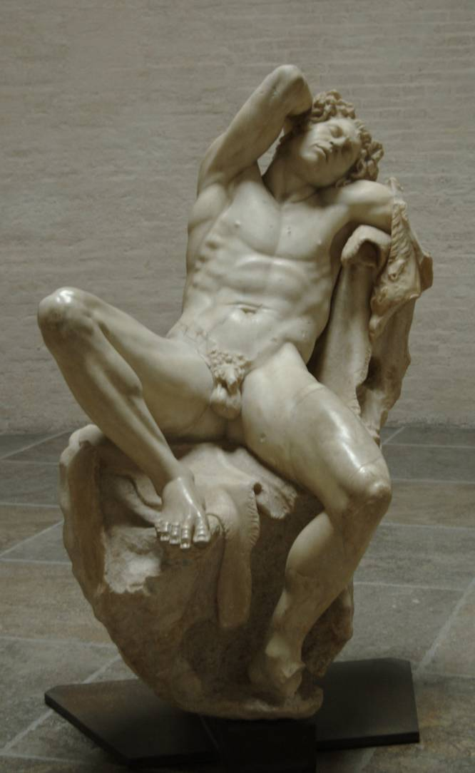 """¿Pero qué hace este hombre desnudo? El descubrimiento de esta estatua en el siglo XVII, durante el pontificado de Urbano VIII en Roma, causó sensación. La pose impúdica se debe a la naturaleza de los faunos o sátiros, criaturas mitológicas amantes del vino, la holganza y los placeres. ¿Por qué es tan bueno? """"Es para mí la quintaesencia de la sensualidad masculina, mostrando su sexo abiertamente y sin pudor. El fauno está dormido y su actitud sugiere que el suyo es el sueño que sucede al éxtasis. Pero el éxtasis es difícil de distinguir en las representaciones de modelos masculinos. Se oculta, muchas veces, bajo las formas del dolor —de Prometeo a San Sebastián—, del martirio sacro o profano, y paradójicamente resulta más evidente en obras de corte religioso"""", explica la especialista Carmen González Castro."""