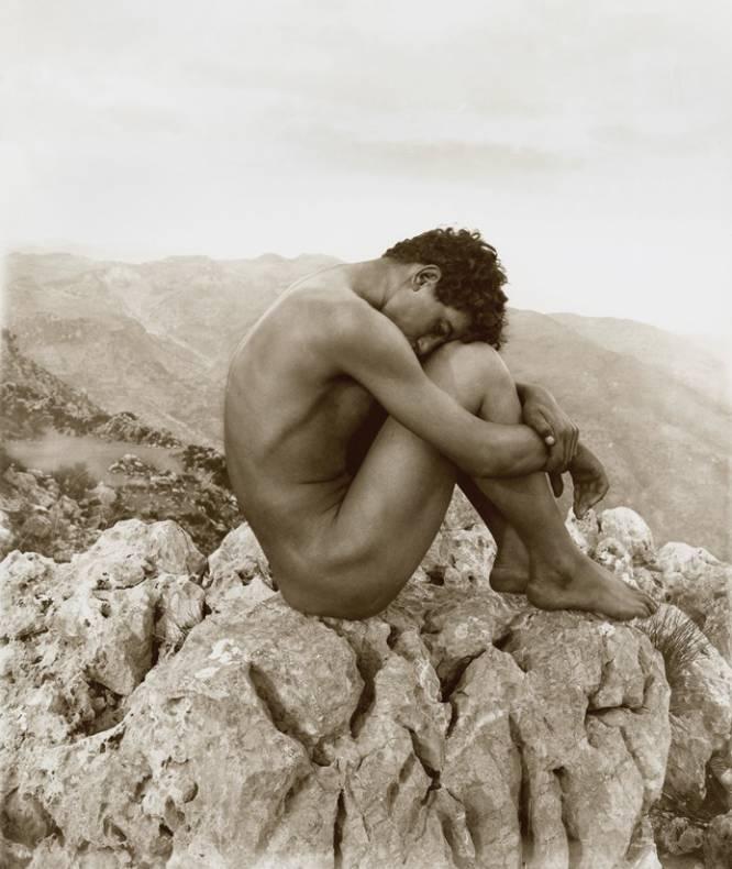 """¿Pero qué hace este hombre desnudo? El fotógrafo alemán Wilhelm Von Gloeden (1856-1931) retrató obsesivamente a los jóvenes sicilianos, utilizando las poses clásicas como coartada para la desnudez. ¿Por qué es tan bueno? """"Aquí versiona el 'Joven desnudo frente al mar', de Flandrin, carnalizándolo, y lo llama 'Caín'. Muy osado. Von Gloeden baja a tierra a los clásicos y los despoja de su inmaculada perfección. Apolo es Dioniso, y Dioniso un chico de la calle"""", analiza David Trullo."""