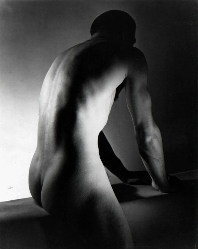 """¿Pero qué hace este hombre desnudo? George Platt Lynes (EE UU, 1907-1955) fue un magnífico fotógrafo de moda y publicidad que en sus series, digamos más artísticas, se centró sobre todo en los desnudos masculinos. Su enfoque homoerótico interesó sobremanera al célebre sexólogo Alfred Kinsey, que adquirió gran parte de su obra tras el fallecimiento del artista. ¿Por qué es tan bueno? David Trullo destaca cómo Platt Lynes se adelantó a fenómenos muy actuales: """"Una imagen icónica que hoy pasaría desapercibida porque, consciente (Robert Mapplethorpe) o inconscientemente, ha sido revisitada desde entonces innumerables veces por fotógrafos y ahora por 'instagramers'. Esa mezcla de clasicismo y carga sexual es todavía seña de identidad de la fotografía homoerótica""""."""
