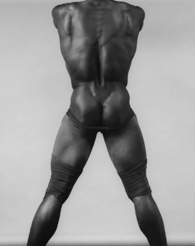 ¿Pero qué hace este hombre desnudo? De entre las muchas fotografías de hombres desnudos de Mapplethorpe (EE UU, 1946-1989), impresionan especialmente las de individuos de color. La 'fetichización' de sus cuerpos resulta evidente, y por esto ha sido muy criticado al entenderse que el fotógrafo neoyorquino perpetuaba el mito del objeto sexual exótico. ¿Por qué es tan bueno? Suspicacias políticas aparte, la fotografía es un prodigio de composición, despojamiento escénico y sensualidad fría que habita en algún lugar entre Miguel Ángel y Leni Riefenstahl.