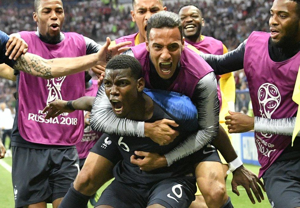 Paul Pogba celebra junto a sus compañeros el tercer gol de Francia ante Croacia.
