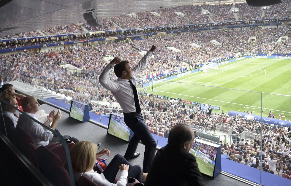 El presidente de Francia, Emmanuel Macron, reacciona tras un gol marcado por la selección francesa ante Croacia.