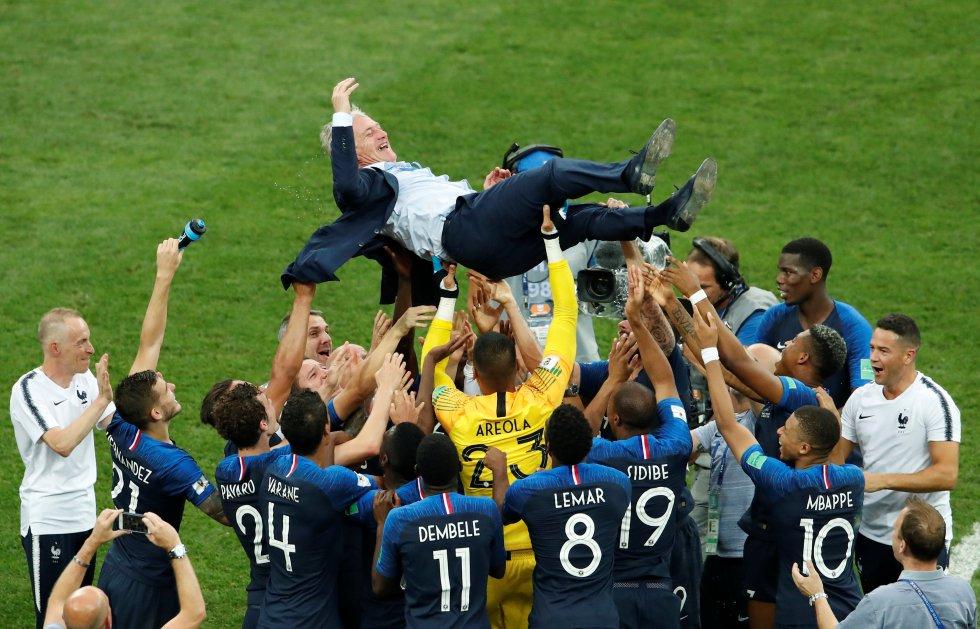 El seleccionador francés, Didier Deschamps, es manteado por su equipo tras la victoria ante Croacia.