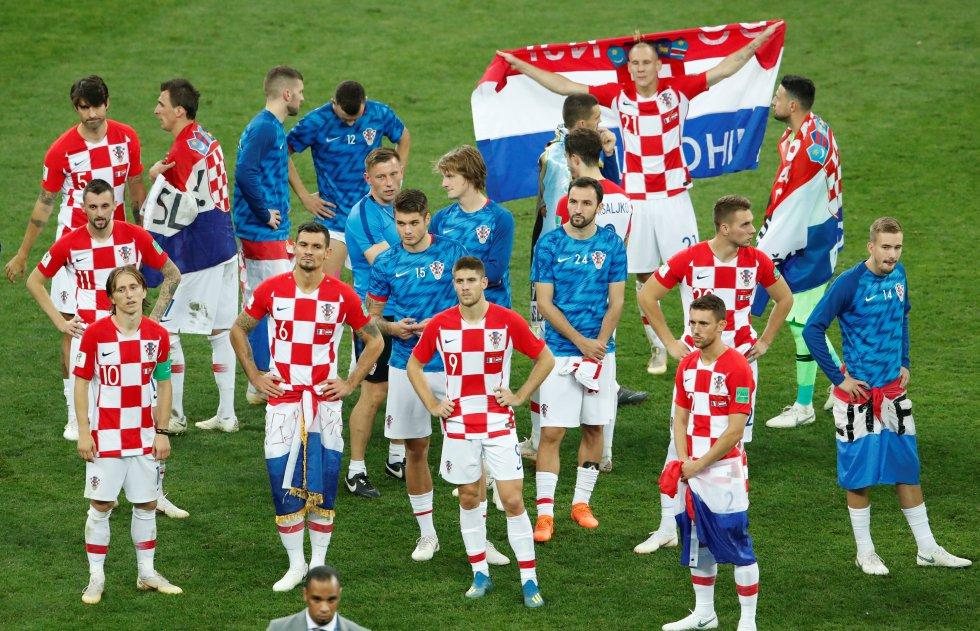 Los jugadores croatas muestran su tristeza tras perder la final ante la selección francesa.