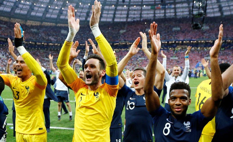 Los jugadores franceses aplauden a la grada del estadio Olímpico de Moscú.