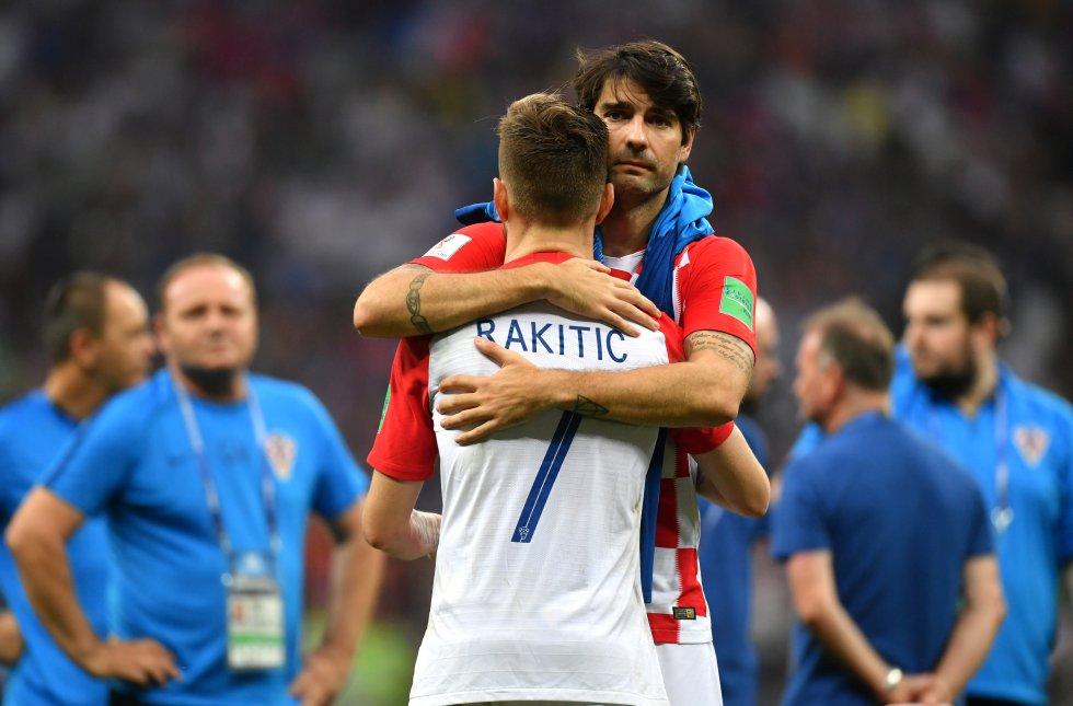 Los croatas Vedran Corluka e Ivan Rakitic se abrazan tras perder la final ante la selección francesa.