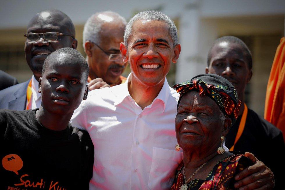 El expresidente estadounidense Barack Obama (c) posa junto a sus abuelastra Sarah Onyango Obama (dcha) y un estudiante (izq) durante la ceremonia de bienvenida del Centro de Formación Profesional y Deportiva Sauti Kuu en Kogelo, el pueblo de sus antepasados, a unos 400 kilómetros de Nairobi (Kenia).