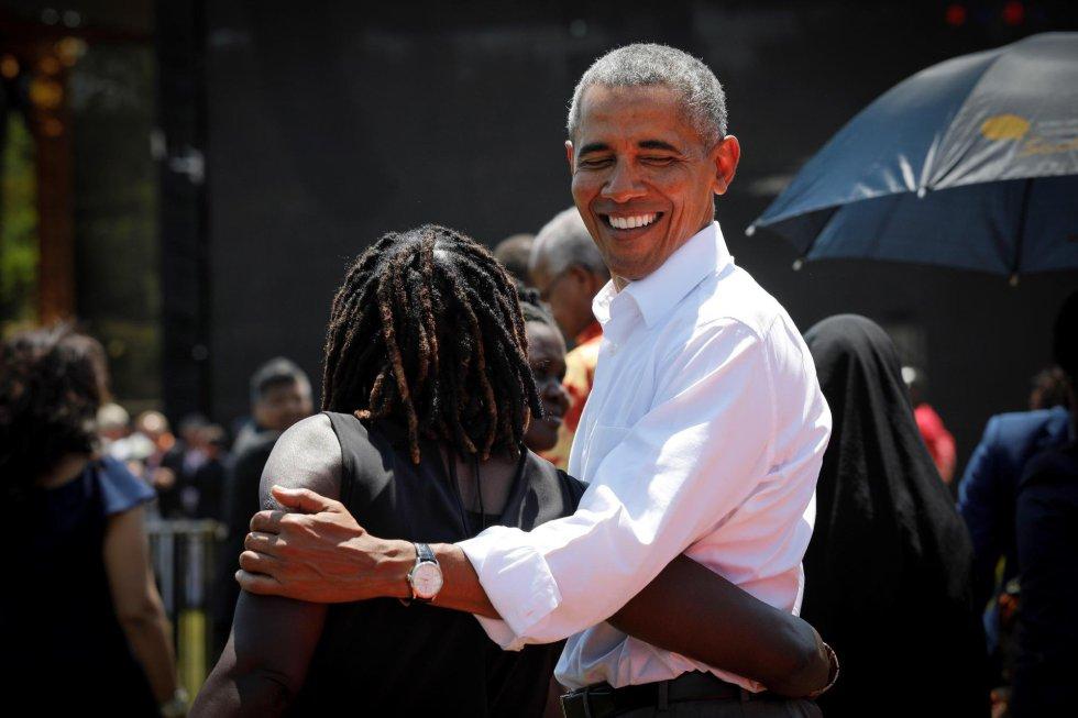 En la imagen, el líder estadounidense abraza a su medio hermana Auma Obama (izq) durante la ceremonia de bienvenida del centro juvenil que inauguró. Se trata de su primera visita al continente desde que dejó la Casa Blanca en enero de 2017.