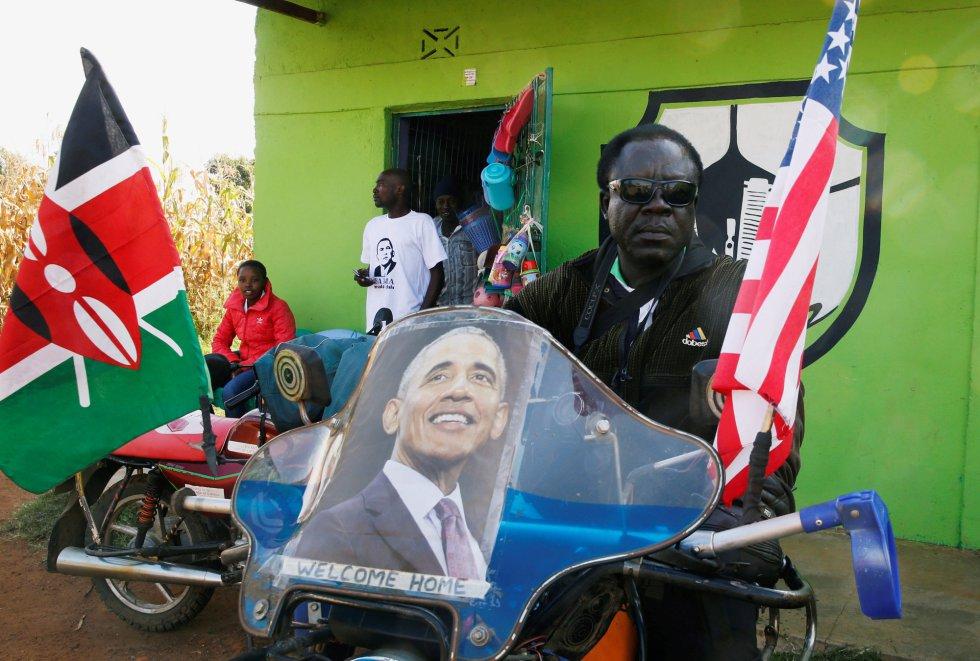 """""""Kenia, por supuesto, es el hogar ancestral de los Obama. Lo visité por primera vez cuando estaba en la veintena y mis experiencias me influyeron profundamente"""", señaló el pasado viernes en un mensaje en sus redes sociales. Un residente de la localidad de Nyangoma Kogelo, en Siaya (oeste) espera la visita de Obama."""