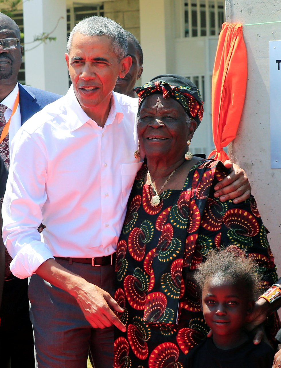 Cuando el presidente Obama, todavía como presidente, visitó Kenia en 2015, no pudo acudir al pueblo de su padre por razones de seguridad. Entonces prometió volver. En la imagen el expresidente abraza a la matriarca de la familia, Sarah Obama.