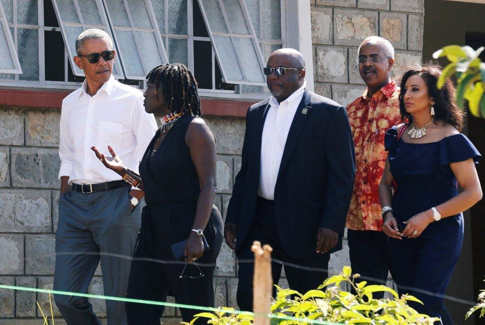 Auma Obama muestra al exmandatario el centro Sauti Kuu, en el que los jóvenes de la región tendrán acceso a libros, internet y actividades deportivas. Los jóvenes recibirán además educación cívica, de finanzas y de medioambiente.