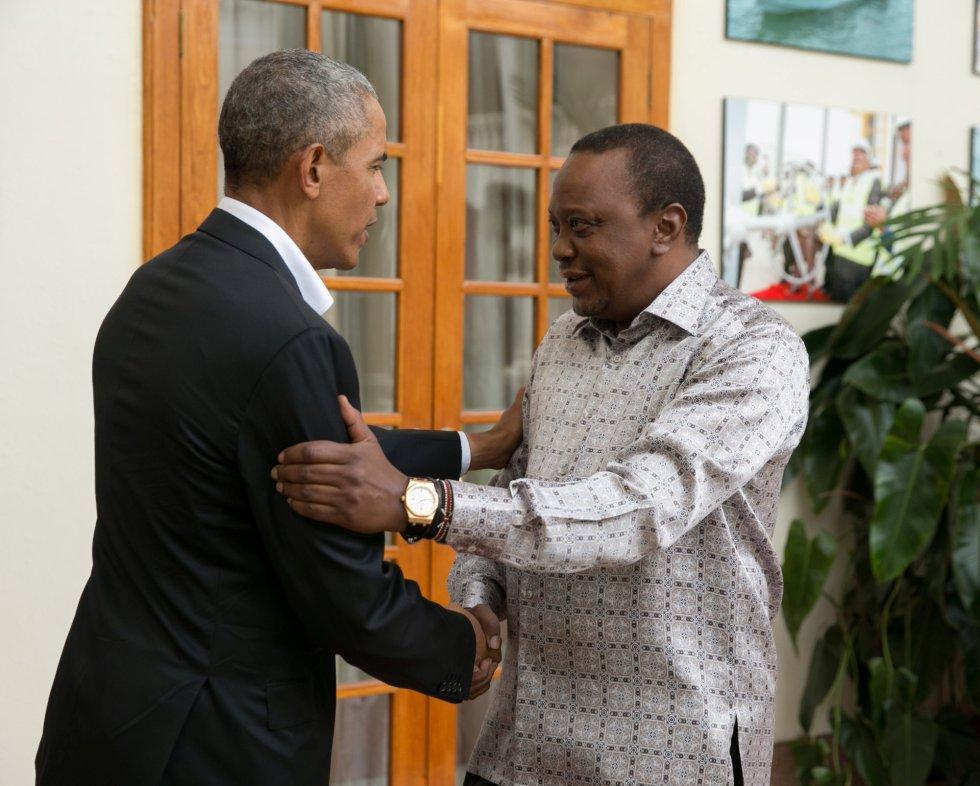 """El presidete de Kenia, Uhuru Kenyatta (dcha.) recibió el domingo a Barack Obama, en su residencia oficial en Nairobi. El expresidente estadounidense también se reunió con el líder de la oposición, Raila Odinga. """"Ha sido un gran placer darle la bienvenida de nuevo, Barack Obama"""", publicó Kenyatta en su cuenta de Twitter junto a imágenes del encuentro entre ambos."""