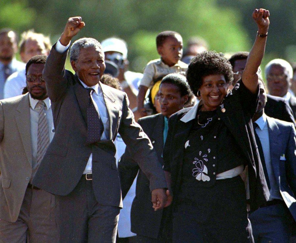 O líder sul-africano Nelson Mandela, junto a sua esposa Winnie, abandona a prisão depois de ser libertado após 27 anos na cadeia, em 1990.