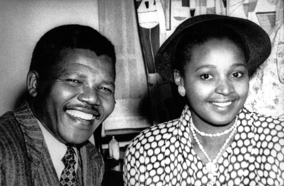 O presidente do partido Congresso Nacional Africano da África do Sul, Nelson Mandela, no dia de seu casamento com Winnie Mandela, em maio de 1958.