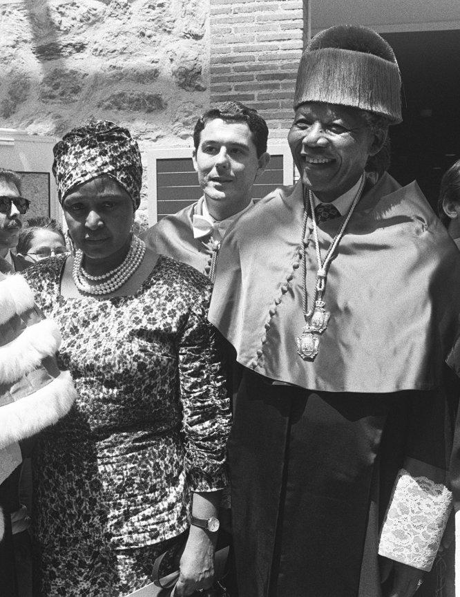 """El líder antirracista sudafricano, Nelson Mandela, investido 'Doctor Honoris Causa' por la Universidad Complutense, en Madrid, durante la visita que realiza a España para agradecer el apoyo contra el """"apartheid"""". En la imagen, junto a su esposa, Winnie Mandela, en 1991."""