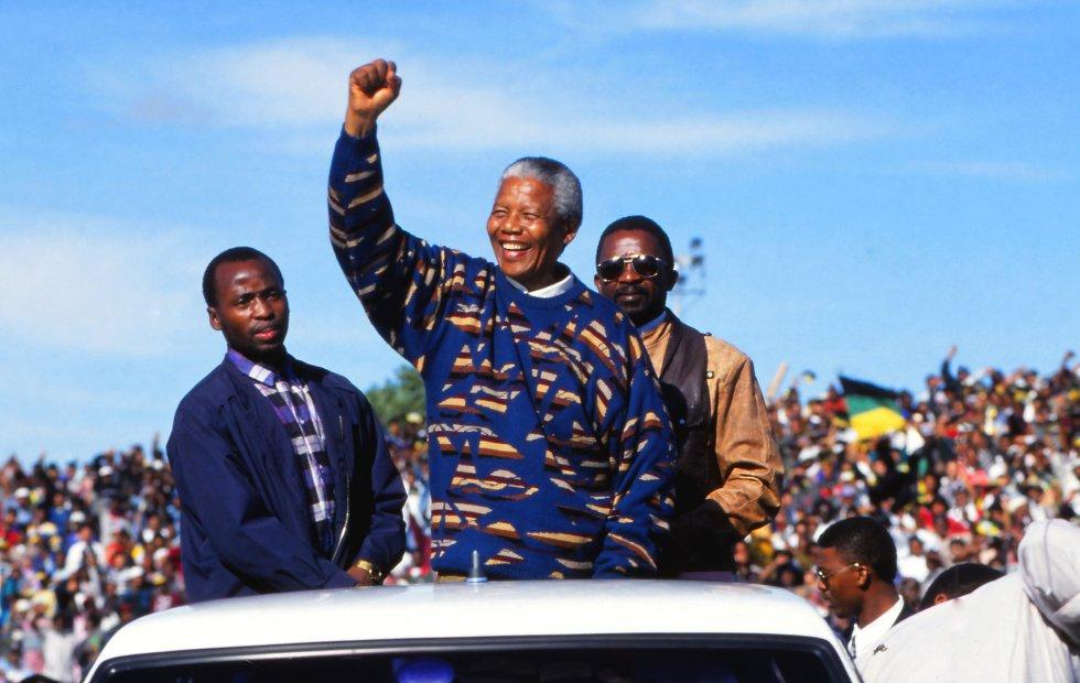 Nelson Mandela, en un acto de su primera elección democrática, Ciudad del Cabo, Sudáfrica, 1995.
