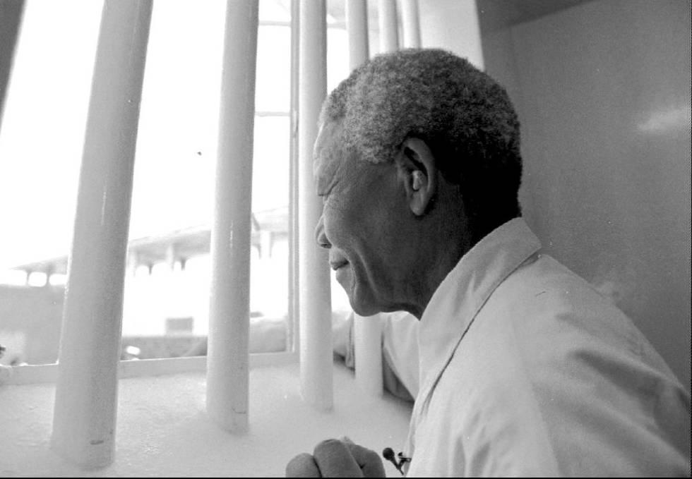 O presidente do ANC, Nelson Mandela, regressa à cela que ocupou durante 27 anos, no quarto aniversário de sua saída da prisão, em 1994.