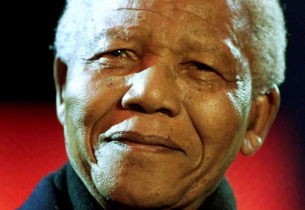 El ex presidente de Sudáfrica, Nelson Mandela, sonríe desde la tribuna en la plaza Trafalgar durante el concierto por la democracia sudafricana, celebrado en Londres (Reino Unido), para remarcar los siete años de democracia en el país, en 2001.