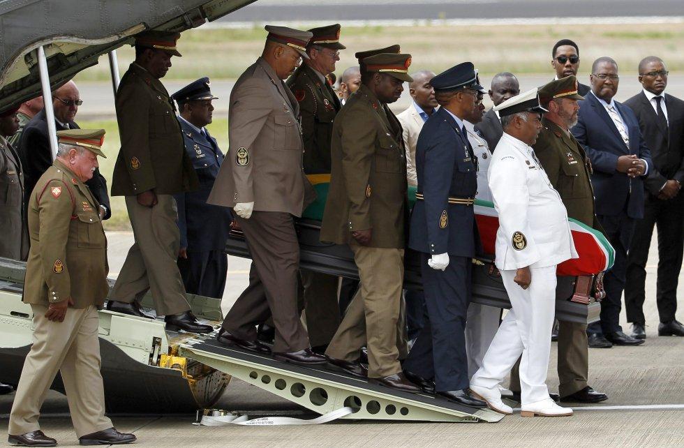 O caixão do ex- presidente sul-africano Nelson Mandela chega ao aeroporto de Mthata, na província de Eastern Cape, para o funeral celebrado na casa de sua família, em Qunu (África do Sul), no dia 15 de dezembro de 2013.