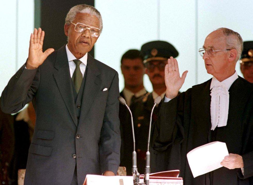 O presidente de África do Sul, Nelson Mandela, faz o juramento durante a cerimônia de posse em Pretória, depois das primeiras eleições multirraciais no país, no dia 10 de maio de 1994.