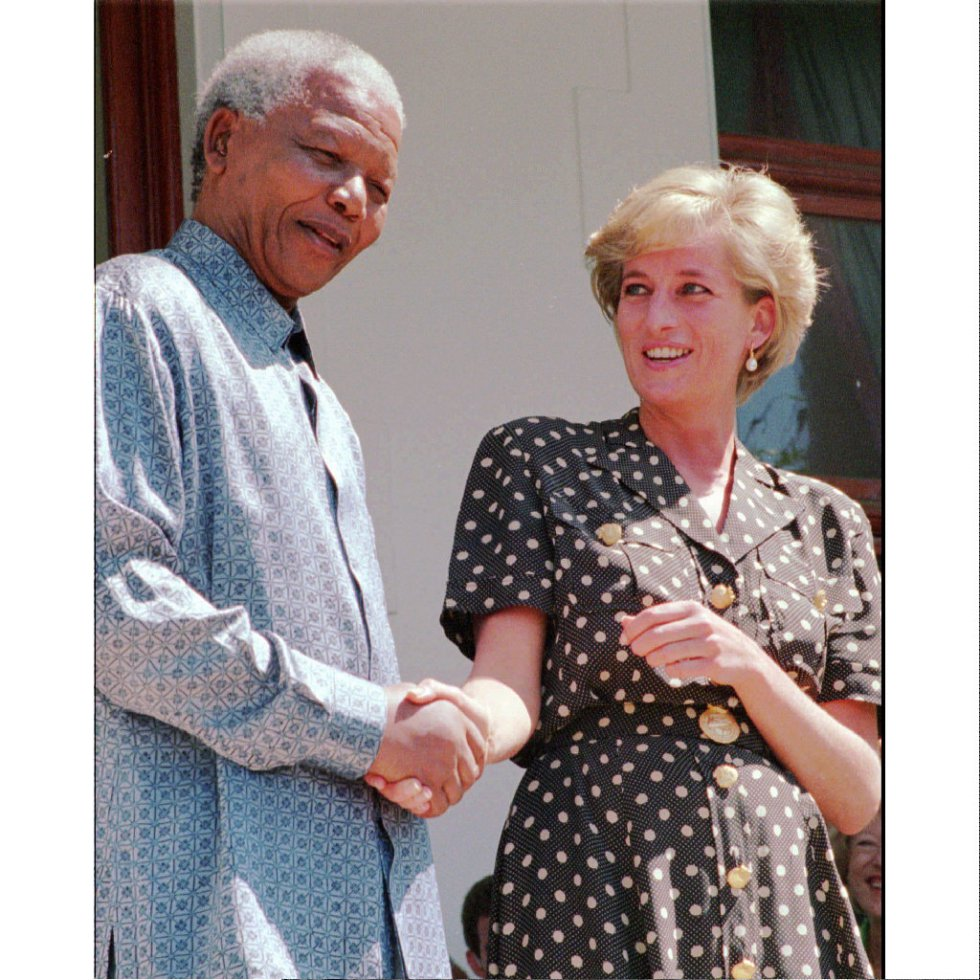 El presidente de Sudáfrica, Nelson Mandela, estrecha la mano de Diana, princesa de Gales, durante una visita de Lady Di a Ciudad del Cabo, que se encuentra en la ciudad sudafricana para visitar a su hermano, el 17 de marzo de 1997. Diana de Gales se confesó profunda admiradora de Nelson Mandela.