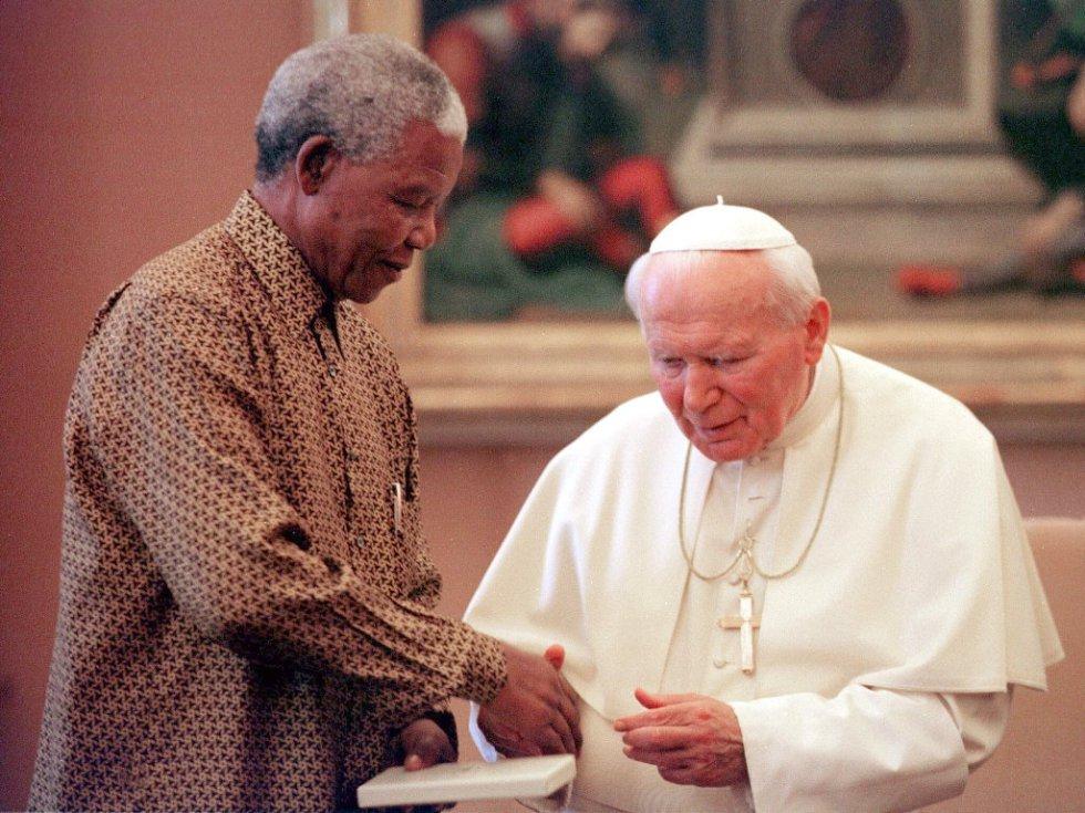 O papa João Paulo II recebe ao presidente sul-africano , Nelson Mandela, em audiência privada no Vaticano, em junho do 1998.