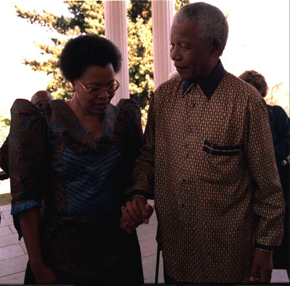 O presidente de África do Sul, Nelson Mandela, se casa com a namorada Graça Machel, viúva do ex-presidente moçambicano Samora Machel, na residência presidencial de Pretória, no dia de seu 80º aniversário. Ele se divorciou de Winnie Mandela em 1996.