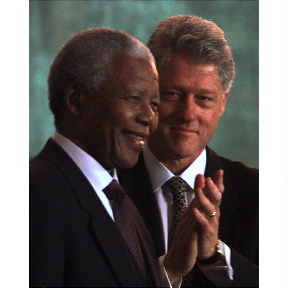 Septiembre de 1998. El presidente estadounidense, Bill Clinton, aplaude a su homólogo sudafricano,  Nelson Mandela, después de condecorarle con la Medalla de Honor del Congreso, en el Capitolio.